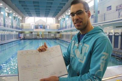 À la piscine Saint-Georges, Frédéric Bretel présente son agenda. Un outil indispensable pour bien gérer son temps partagé entre une douzaine d'employeurs.